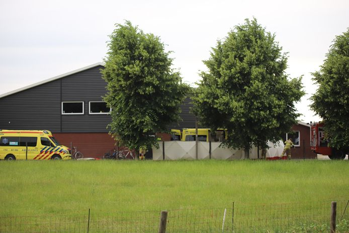 Bij een ongeluk in een kippenschuur in Barneveld zou een man dinsdagavond ernstig gewond zijn geraakt