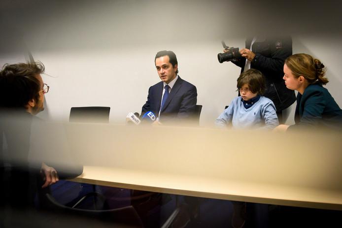 Laurent Simons en zijn beide ouders tijdens de persconferentie van afgelopen vrijdag.