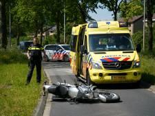 Motorrijder laat zich vallen om botsing te voorkomen, maar raakt zelf gewond