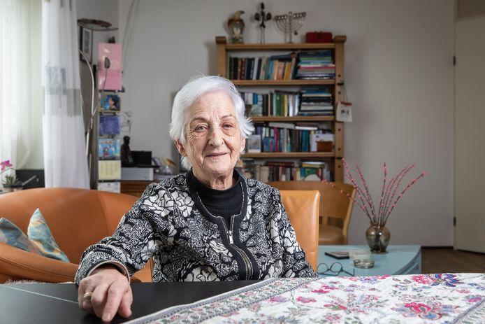 Leni Meijer-de Vries is de kleindochter van Salomon en Lena de Vries-Gottschalk. Haar grootouders zijn tijdens de Tweede Wereldoorlog in Neede opgepakt, gedeporteerd en op 14 mei 1943 in Sobibor vermoord.