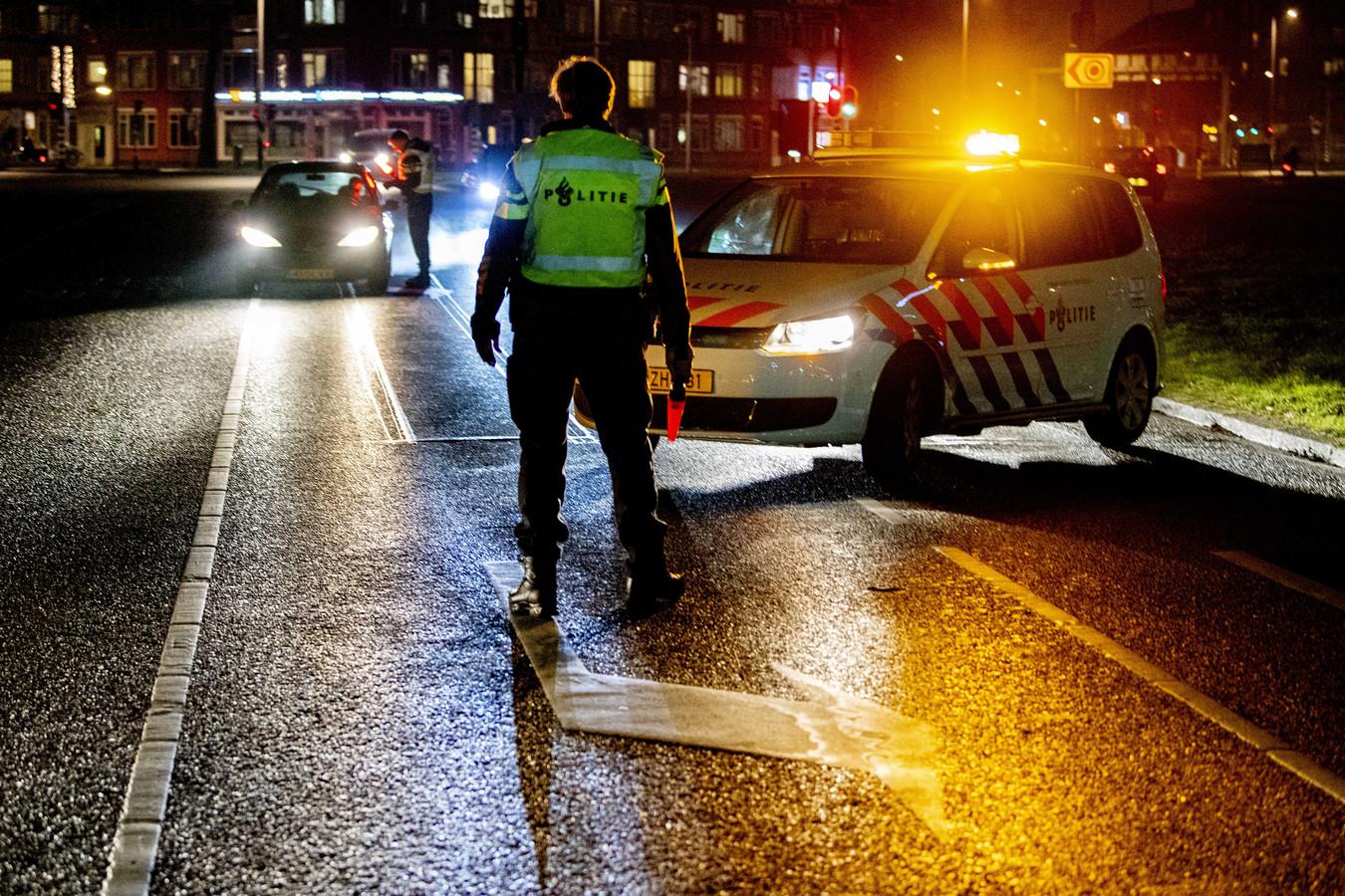 De politie controleert automobilisten in Rotterdam-Zuid tijdens de avondklok.