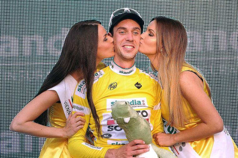 De Clercq mocht na zijn ritzege ook even de gele leiderstrui aantrekken. Beeld TDW