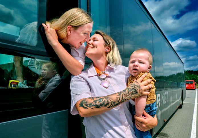 Denise van den Broek (links) en Denise Buining (rechts) met baby Shane.