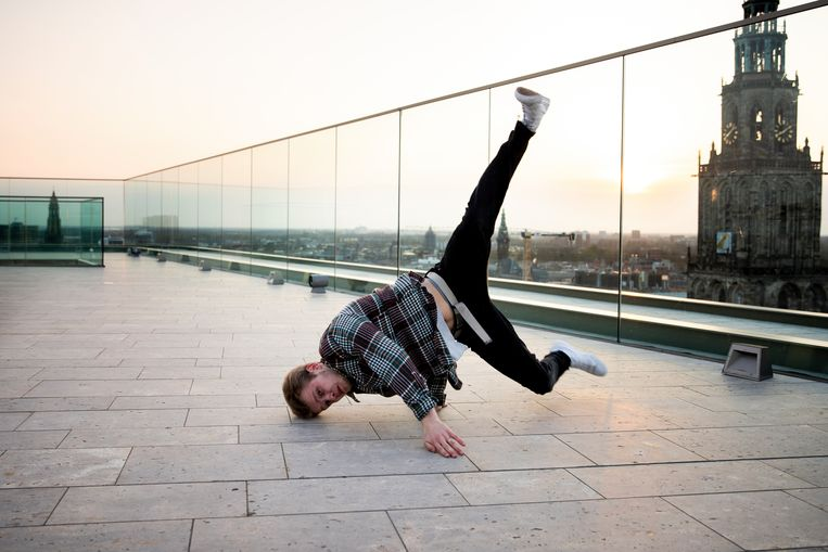 Breakdancer Tim Jansen in actie voor Rooftop Sessions Chapter Five, op het dak van het Forum in Groningen. Beeld David Vroom