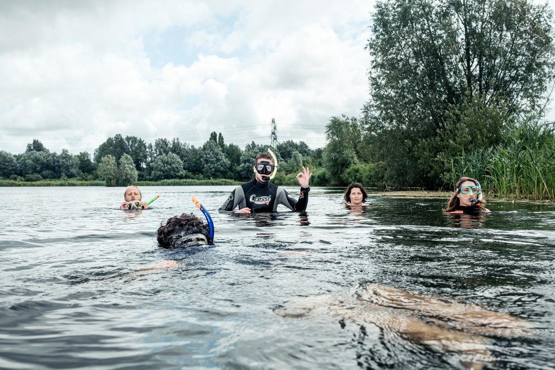 Expeditieleider Thijs de Zeeuw: 'Ongeveer 35 procent van Amsterdam is water, dat is in potentie een enorm natuurgebied.' Beeld Jakob van Vliet