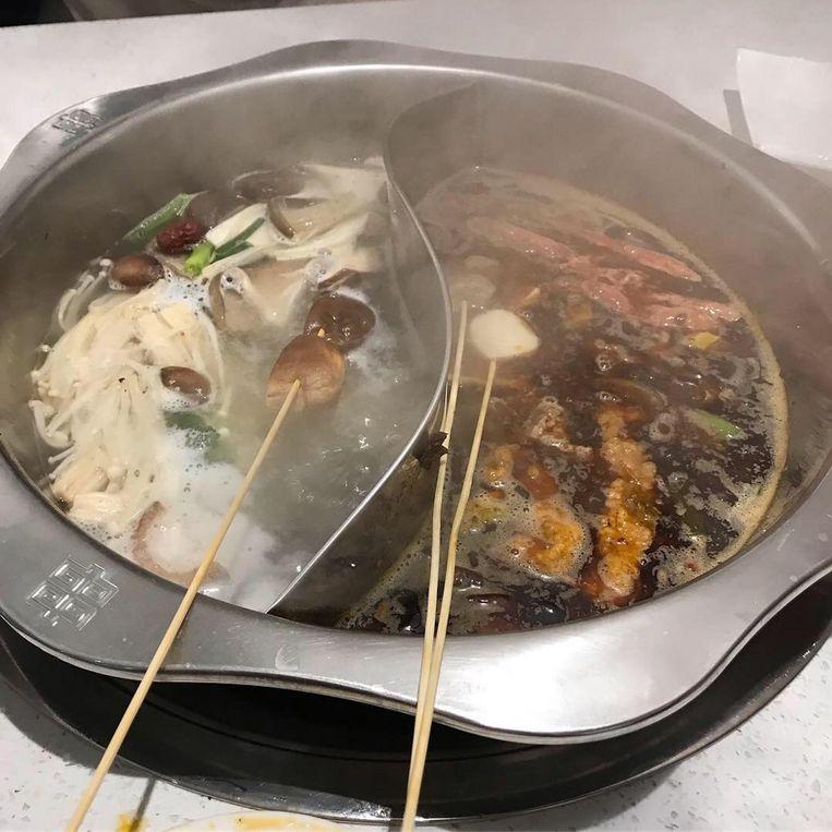 Aan de ene kant vlees, aan de andere kant groenten bij het Chinees fonduen. Beeld Corrie Gerritsma