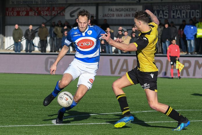 Philip Ties (l) in actie voor Spakenburg tegen Jong Vitesse, in maart 2019.