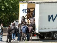 Migranten bestormen trucks na stilleggen verkeer Kanaal