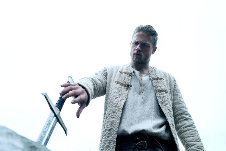 Charlie Hunnam als Koning Arthur.  Beeld Daniel Smith