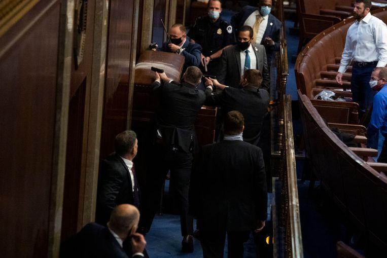 Beveiligers blokkeren de deur om de congresleden in veiligheid te brengen Beeld CQ-Roll Call, Inc via Getty Imag