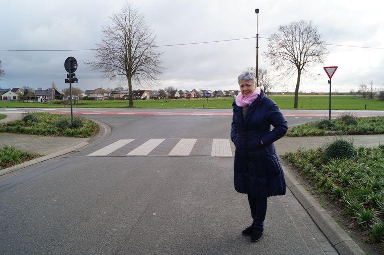 Mia Callewaert bij het kruispunt waar haar pluspapa aangereden werd. Ze wil dat het voorrangsbord (rechts in beeld) vervangen wordt door een duidelijk stopbord met daaronder een bord dat aandacht vraagt voor fietsers
