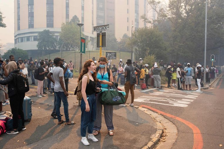 Evacués buiten de campus. Beeld AFP