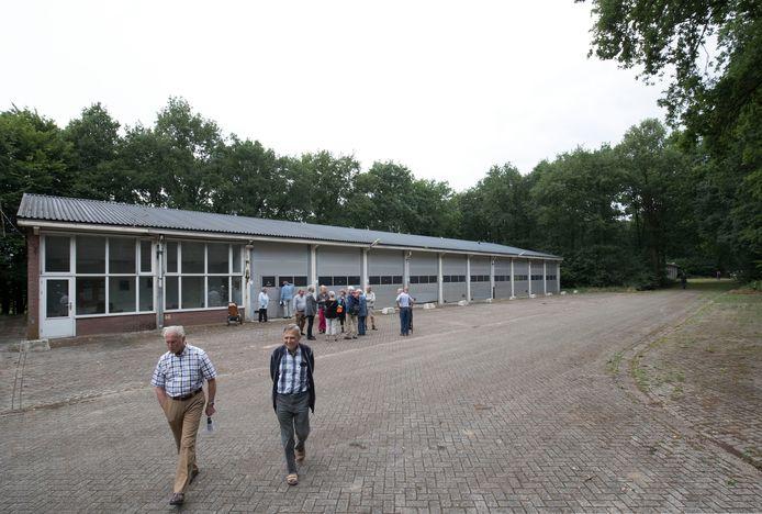 Belangstellenden bezichtigen het Mob-complex in Elst dat te koop staat.