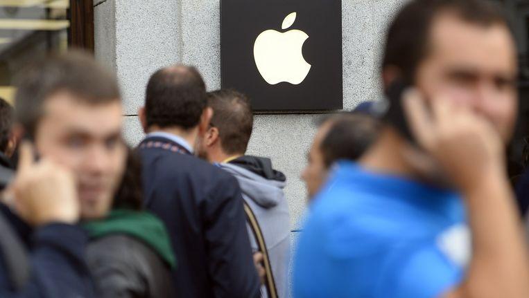 In Madrid staan mensen in de rij voor de iPhone 6. Beeld afp