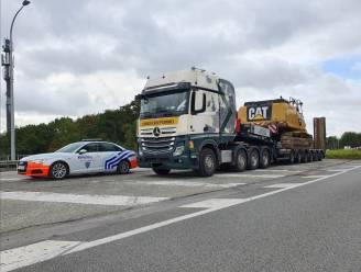 Politie neemt rupskraan in beslag bij controle op zwaar vervoer (en int ook voor bijna 4.500 euro aan boetes)