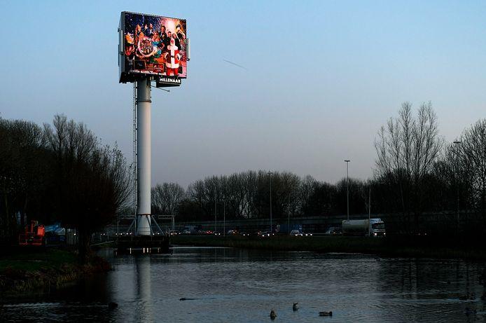 De reclamemast langs de A15 bij Sliedrecht. Zo hoog mag die bij Papendrecht in ieder geval niet worden, zegt de Papendrechtse wethouder Pieter Paans.