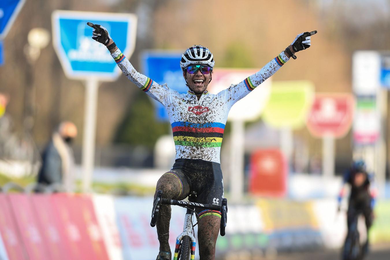 Ceylin del Carmen Alvarado komt juichend over de finish in het Belgische Baal.