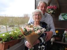 Joop en Aartje (84) met zes andere kwetsbare ouderen in taxibus gestopt, dochter is woest: 'Dit kán toch niet?'