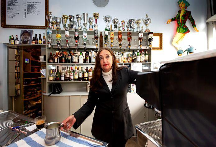 Eigenares Marga Versluis van café Easy sluit na 36 jaar de deuren vanwege het nieuwe coronatoegangsbewijs dat vanaf 25 september in de horeca en cultuursector wordt ingevoerd.
