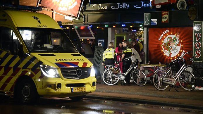 Boze cafébezoeker rijdt met auto in op mensen in Rijsbergen, politie start zoekactie