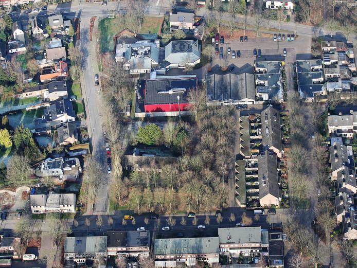 Onder de sporthal - met de rode muur - ligt het perceel met in het midden boerderij De Pracht. In dat groene gebied willen de gemeente Waalre en woningcorporatie Thuis goedkope woningen bouwen.
