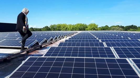 Wethouder Klaar Koenraad bij de zonnepanelen op het dak van het JTC. Foto Alfred de Bruin