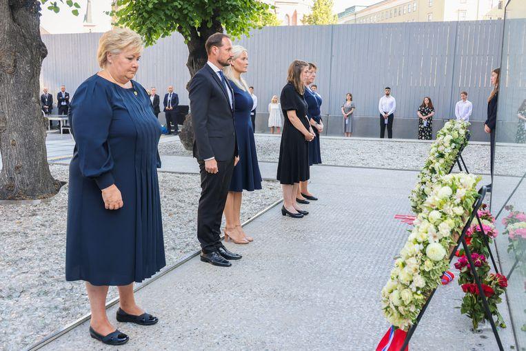 Precies 10 jaar geleden: Noorwegen herdenkt de terroristische aanslagen door Anders Breivik. V.l.n.r. premier Erna Solberg, kroonprins Haakon Magnus, Mette-Marit, Astrid Eide Hoem en Lisbeth Kristine Royneland van de nationale steungroep 22 juli. Beeld ANP