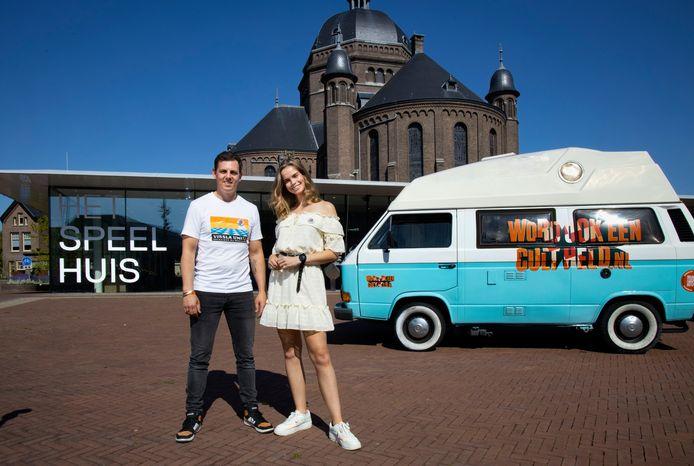 Mike Weerts en model/presentatrice Nicky Opheij gingen maandag met een Volkswagenbusje langs de grote steden in Brabant om aandacht te vragen voor de cultuursector in Brabant. Ze begonnen bij het Speelhuis in Helmond.