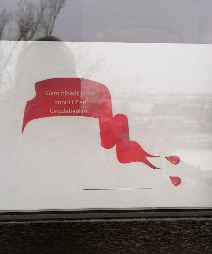 Naast echte linten vind je ook papieren linten op ramen.