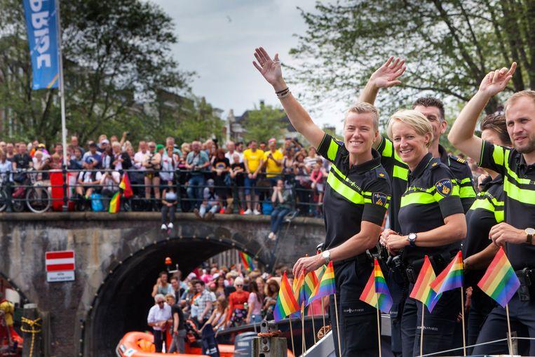 Gay pride in Amsterdam, 2017, met op de voorgrond de boot van de politie, afdeling Roze in Blauw.  Beeld Maarten Hartman