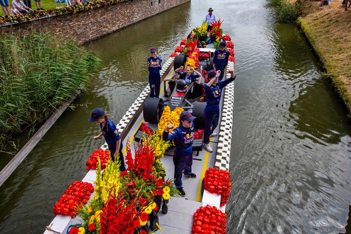 Max Verstappen en zijn bolide op de corsoboot van Schipluiden.