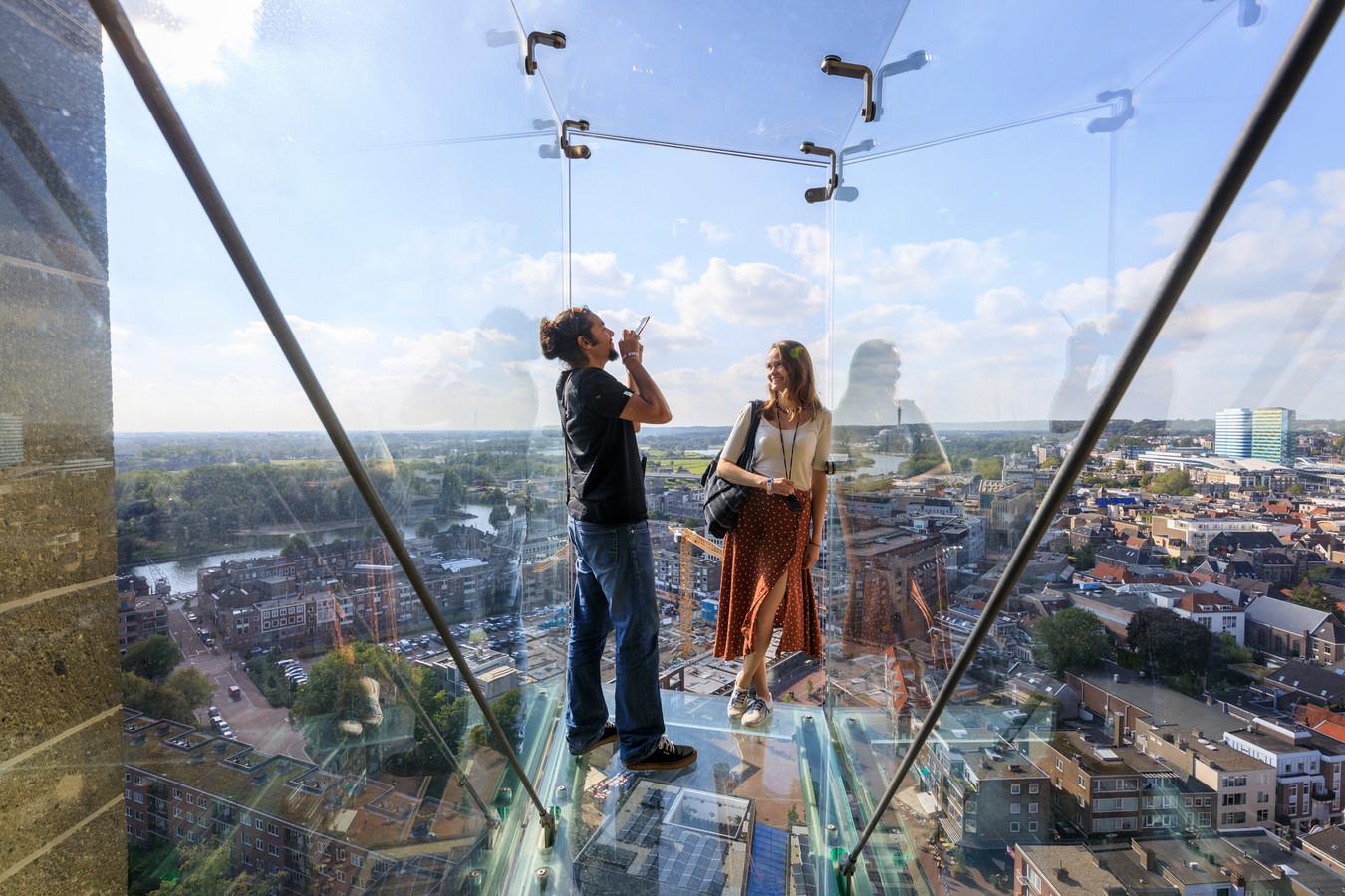 Uitzicht op Arnhem vanaf  het glazen balkon in de Eusebiuskerk. Met een negatieve coronatest in de vorm van een QR-code op de smartphone en een ticket mogen mensen op 9, 10 en 11 april naar binnen.