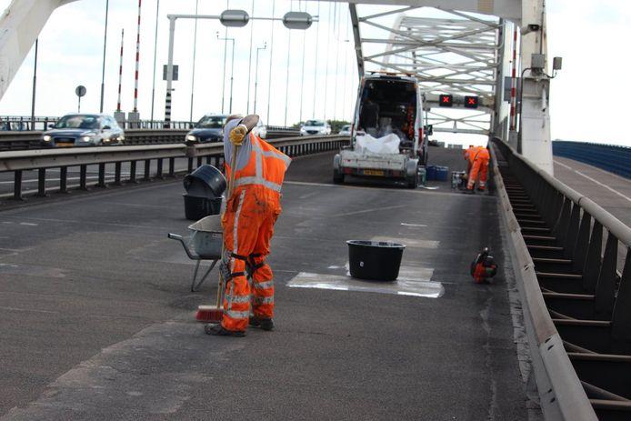 Wegwerkers aan het werk tijdens een eerdere herstelklus op de A27 bij Gorinchem.