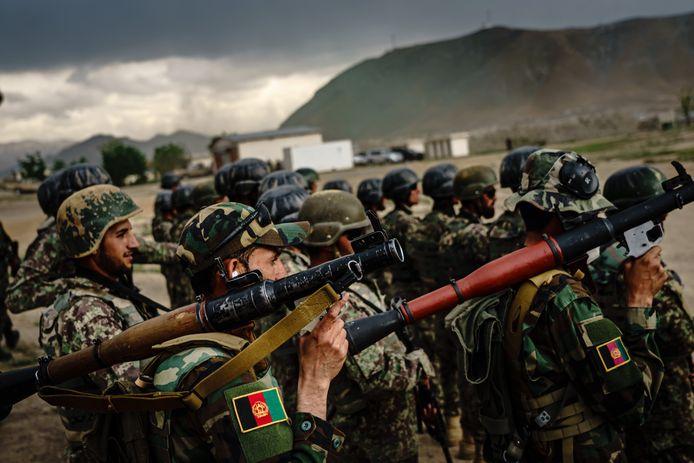 Afghaanse militairen tijdens een trainingskamp nabij Kabul.