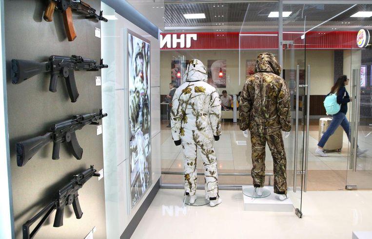 Plastic modellen van de kalasjnikov in de winkel op de Moskouse luchthaven Sjeremetjevo. Beeld epa