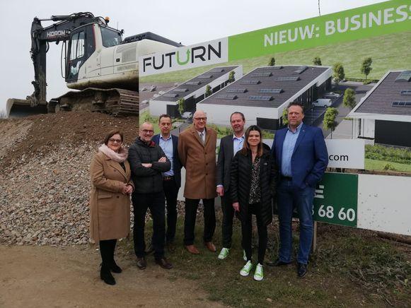 v.l.n.r.: Schepenen Smeets en Govaerts, Dave Beuten (Mathieu Gijbels), Burgemeester Fons Verwimp, Frederik Baert en Laure Boone (Futurn) en Steven Bijnens (Mathieu Gijbels).
