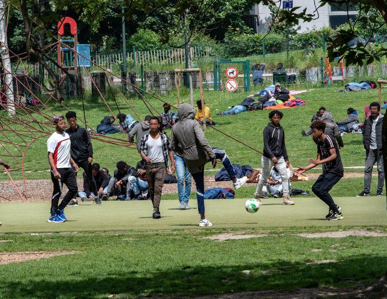 Het plan zou neerkomen op een collectieve regularisatie, ook voor de vluchtelingen in het Maximiliaanpark. Beeld Photo News