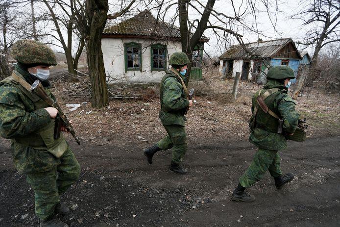 Leden van de Russischsprekende separatistische militie Luhansk People's Republic (LNR) op patrouille.