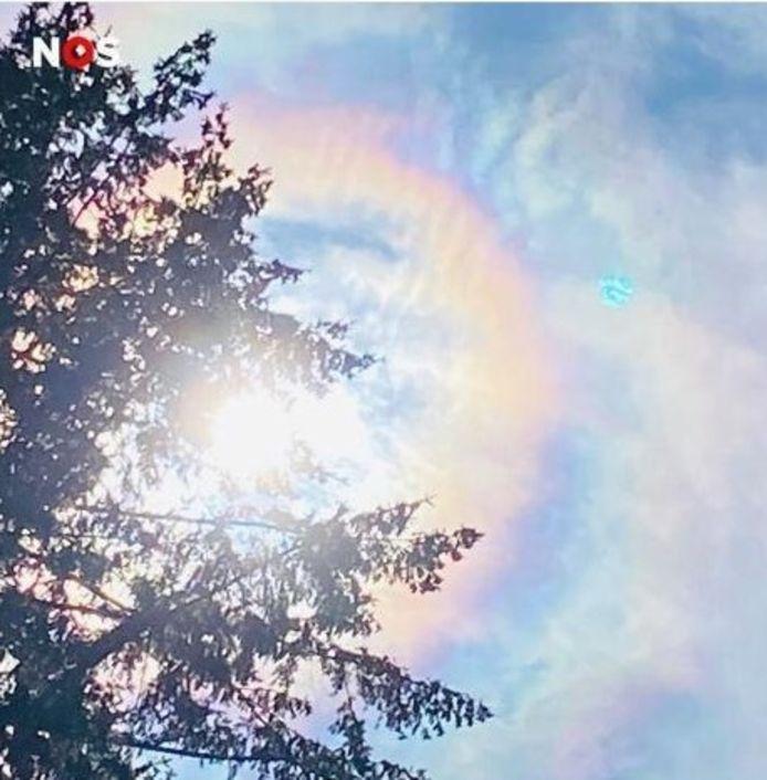 In Oldenzaal is een bijzonder weersverschijnsel gefotografeerd door Petra te Riet. Op de foto zijn  iriserende wolken te zien.