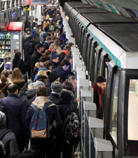 Metrostaking Parijs maandag beëindigd, Macron geëvacueerd uit theater vanwege boze betogers