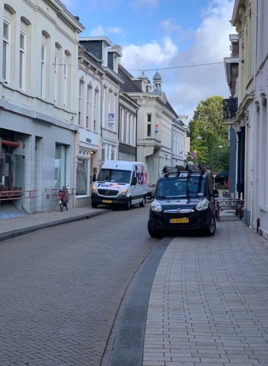 Met de wielen op de stoep in de Nieuwlandstraat.