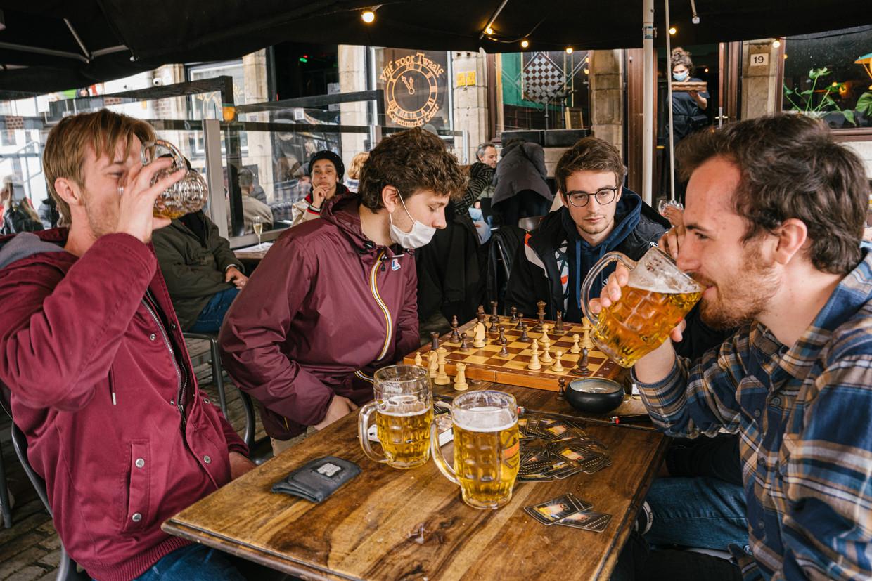 Het gezelschap van Steven, op het terras van café Damberd in Gent. Beeld Wouter Van Vooren