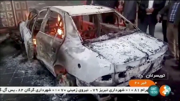 Een brandende auto in Zanjan, Iran.