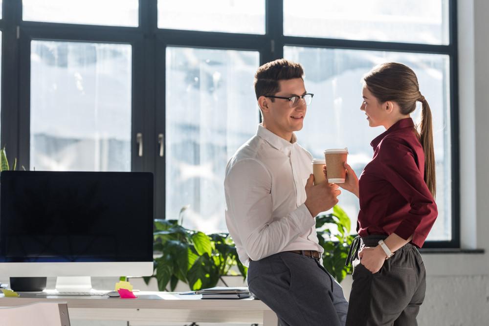 In een relatie en verliefd op je collega, wat nu?