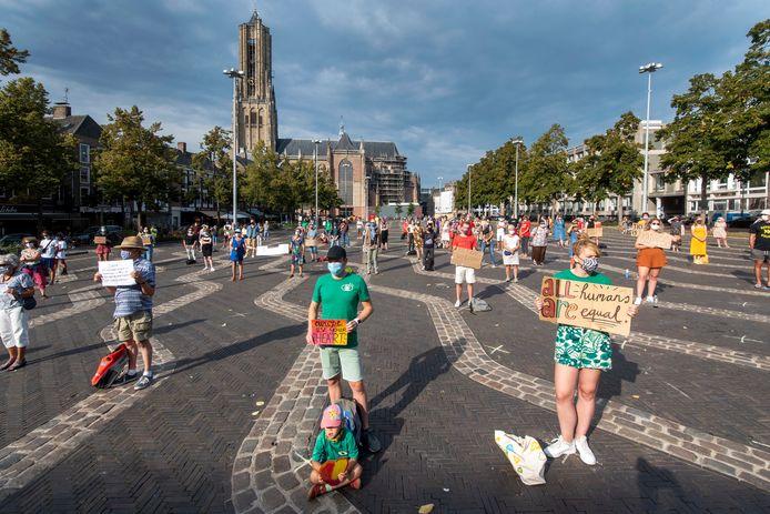 De demonstranten stonden op twee meter afstand van elkaar.