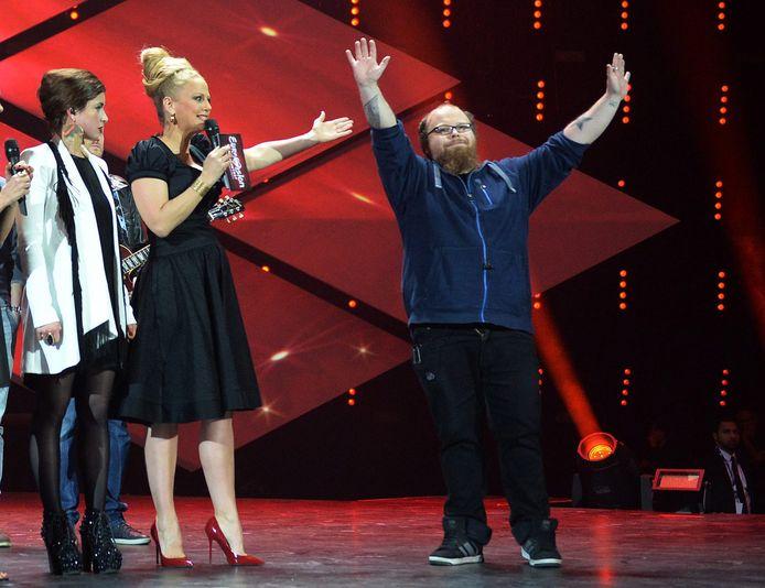 Andreas Kümmert wint de nationale voorronde in Duitsland in 2015. Presentatrice Barbara Schöneberg (m) roept hem tot winnaar uit. Even later geeft Kümmert de overwinning weg aan Ann Sophie (l).