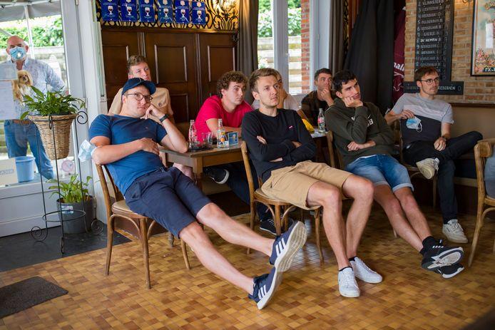 Het supporterscafé van Wout van Aert in Lille, tijdens de wegwedstrijd op de Olympische Spelen.