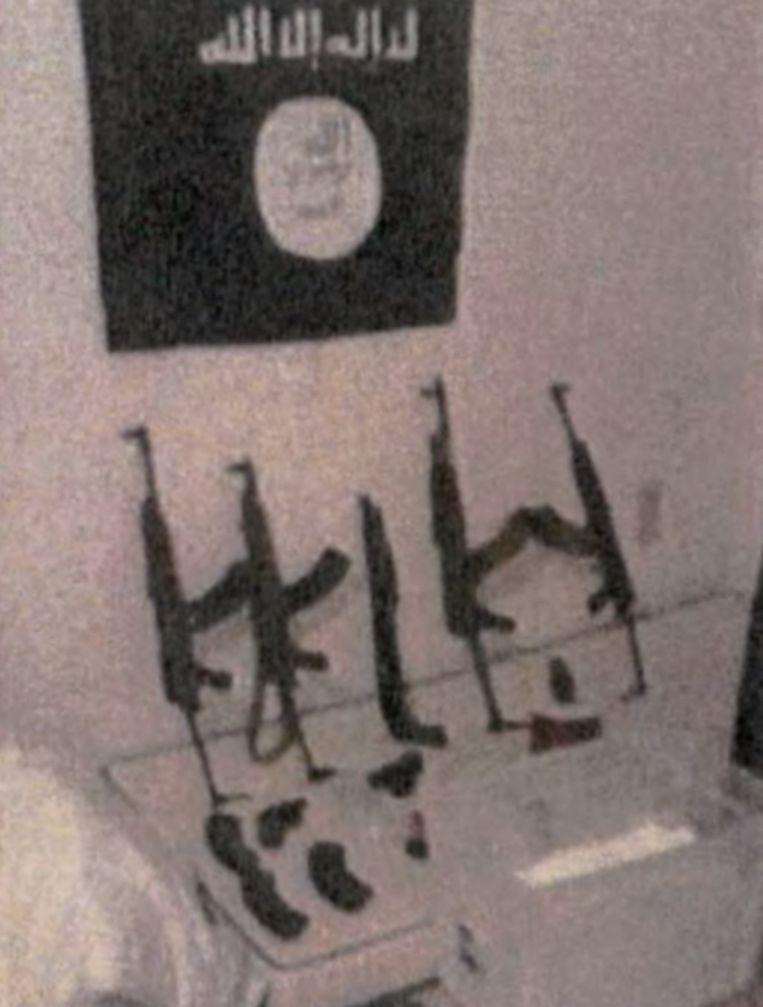In het safehouse aan de Max Roosstraat staan de wapens onder een IS-vlag uitgestald. Beeld rv