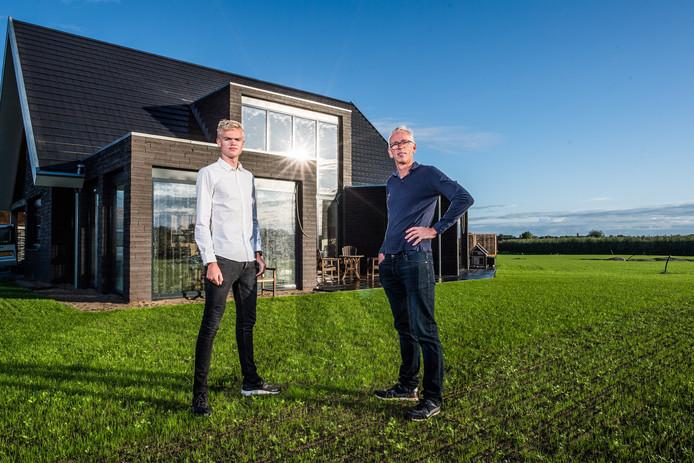 Robbert Bakker met zijn zoon Robbin. Ze zijn er begin augustus al ingetrokken, gisteren werd de ultra-energiezuinige woning opgeleverd.