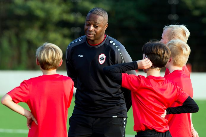 Emile Mpenza als jeugdtrainer bij RAFC, hier in de zomer van 2018.